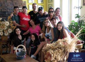 Marcelo-Veloso-e-Michele,ganhadores-do-sorteio-de-balão,com-seus-amigos-de-Niterói